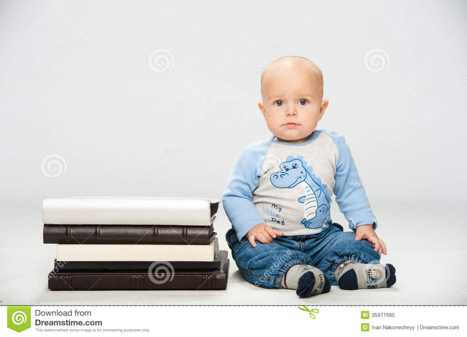 Pequeño bebé con los libros