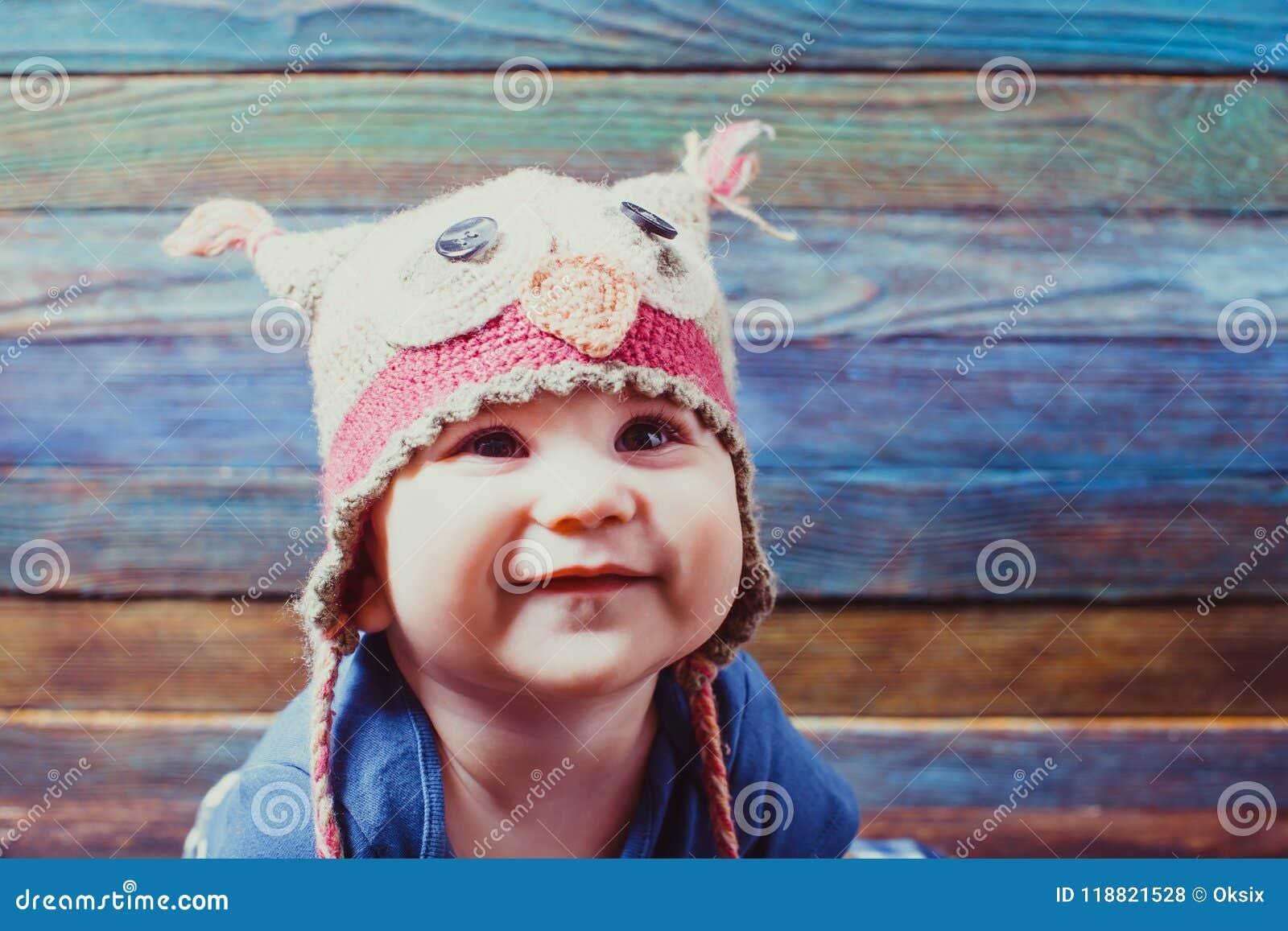 Pequeño bebé en un sombrero divertido