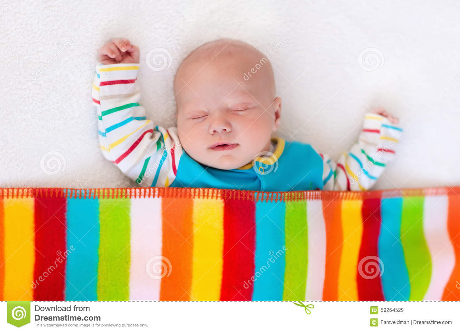 1f38dfa8 Bebé recién nacido en cama Niño recién nacido que duerme debajo de una  manta colorida Sueño de los niños Lecho para los niños El tomar una siesta  infantil ...