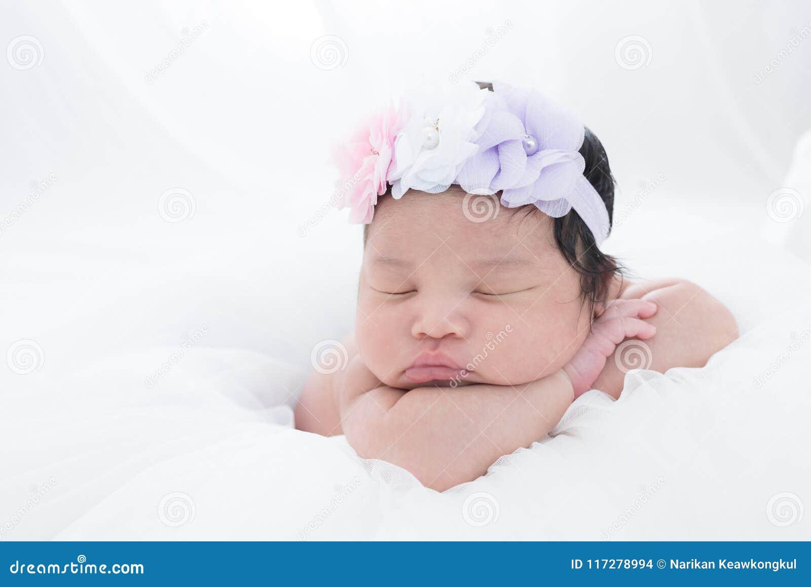 Pequeño bebé recién nacido 7 días, sueños