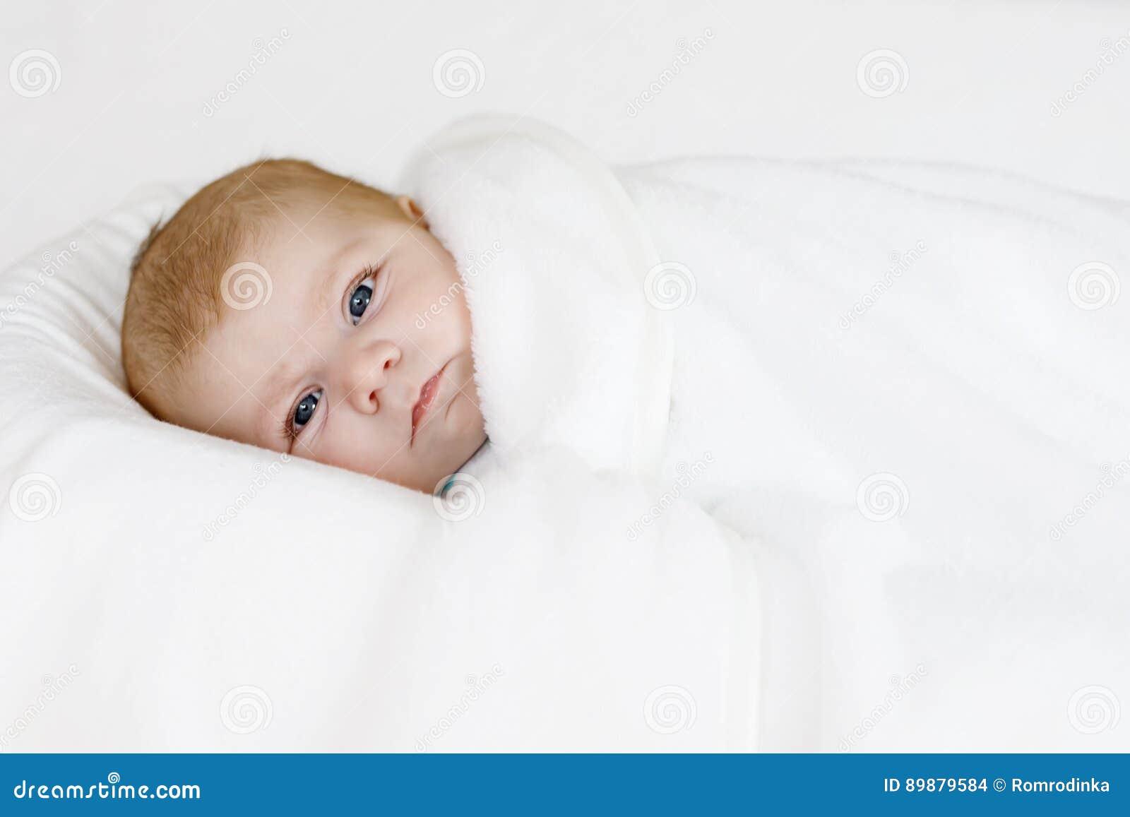 addd518cb Pequeño Bebé Recién Nacido Lindo Envuelto En La Manta Blanca Foto de ...