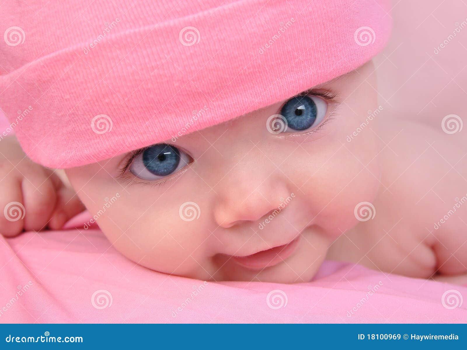 Pequeño bebé rosado con los ojos grandes