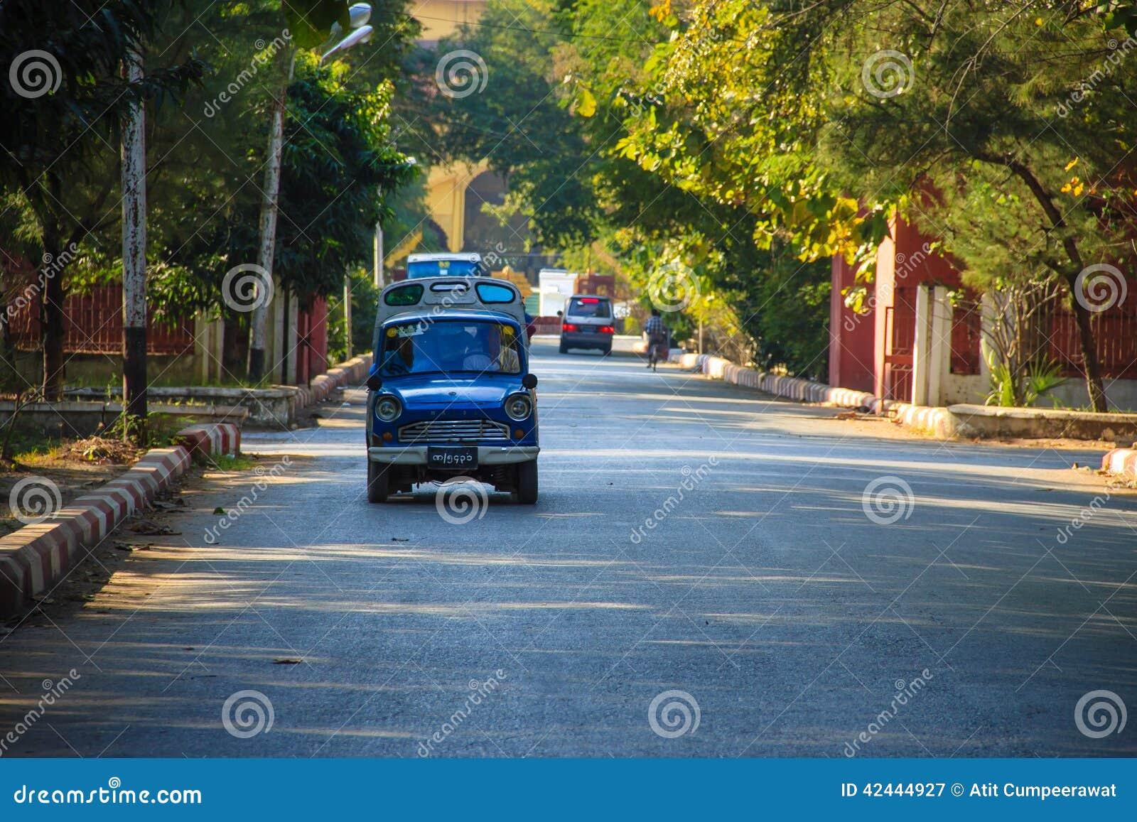Pequeño coche, Mandalay en Myanmar (Burmar)