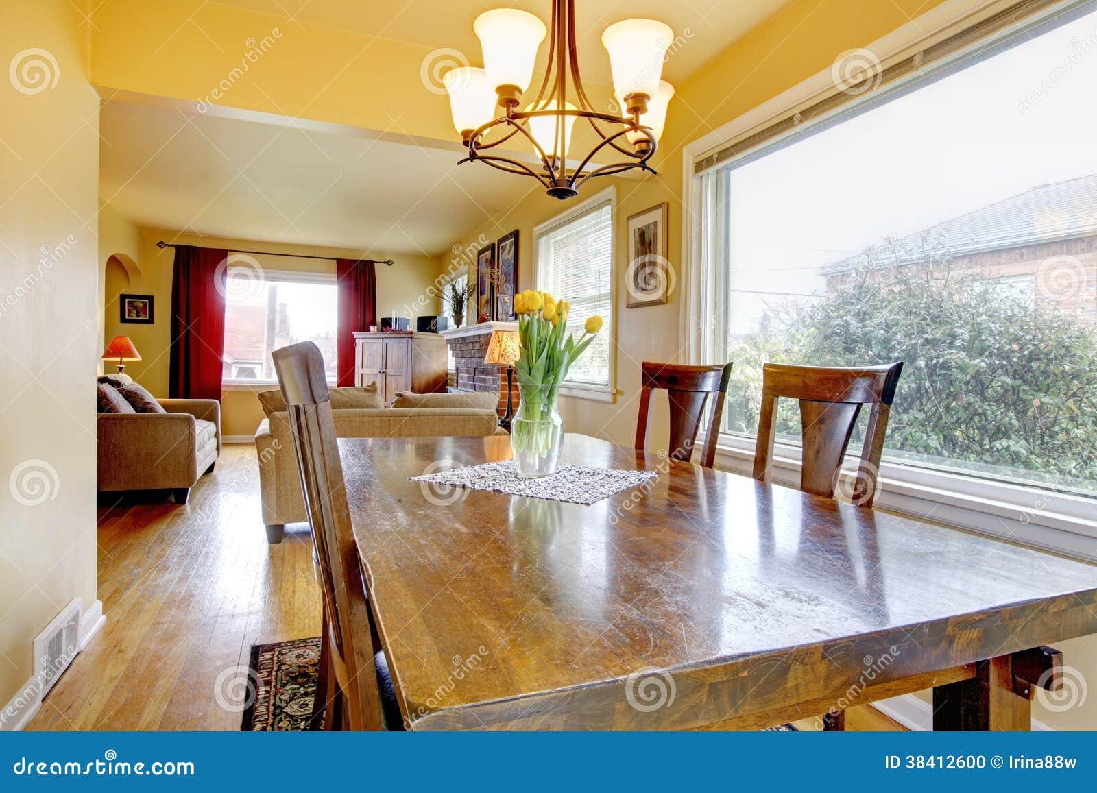 Peque o comedor acogedor vista de la sala de estar foto for Mesa de comedor en la sala de estar