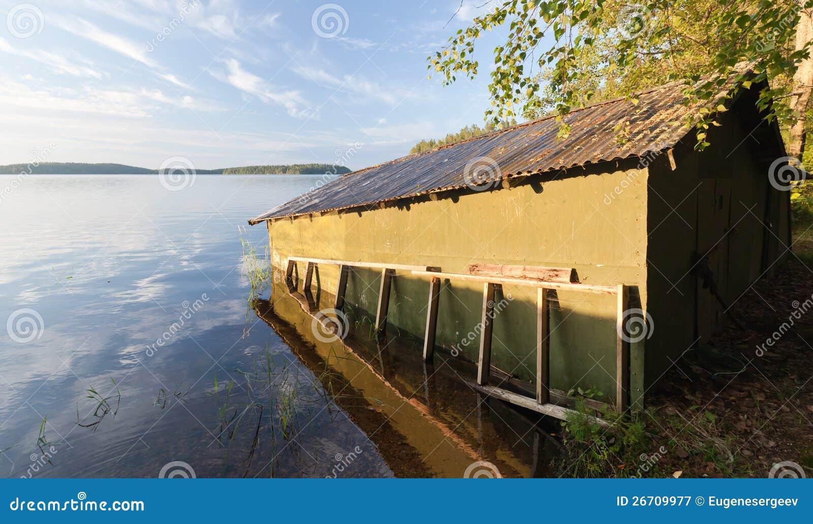 Peque o garage de madera verde del barco en la costa - Garage de madera ...