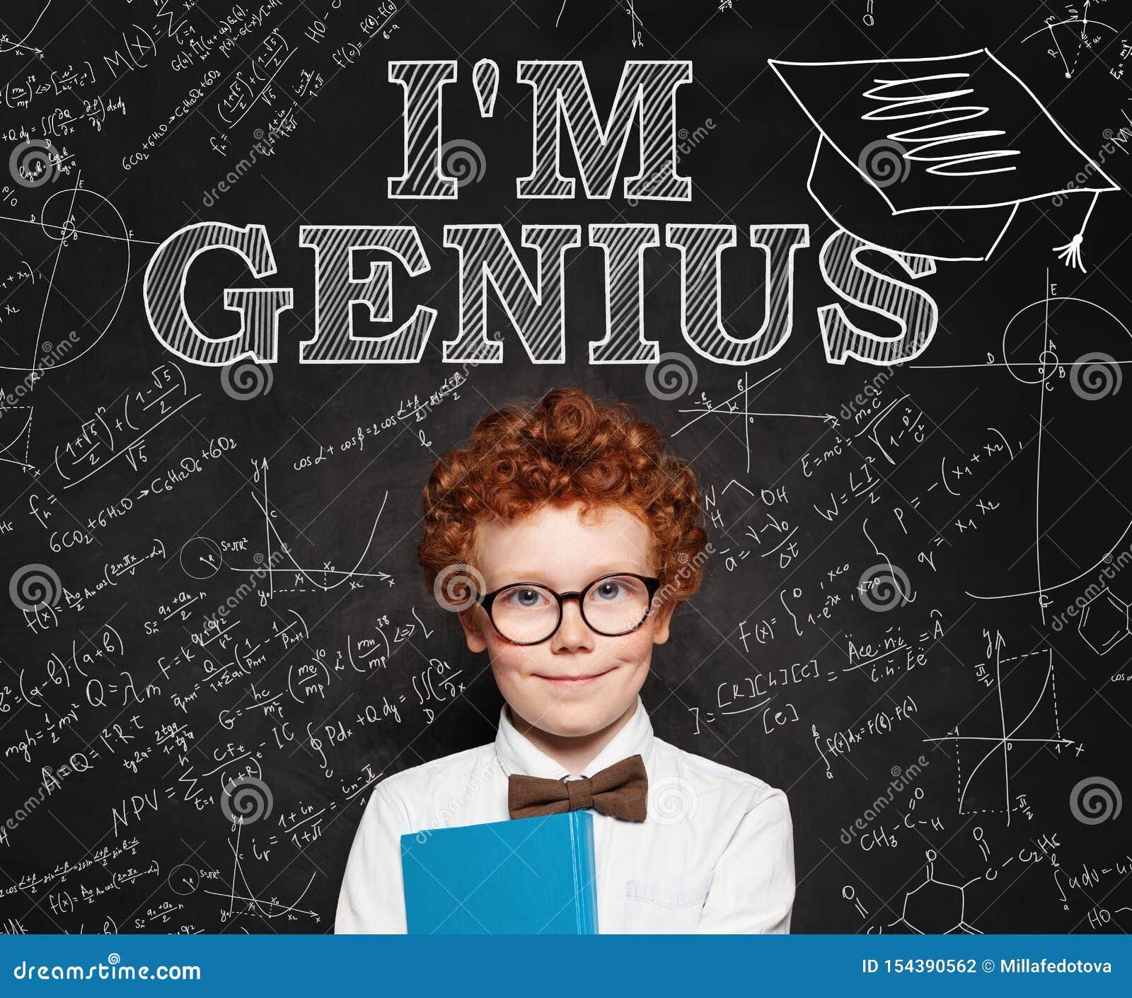 Pequeño genio del escolar del niño elegante curioso en fondo de la pizarra