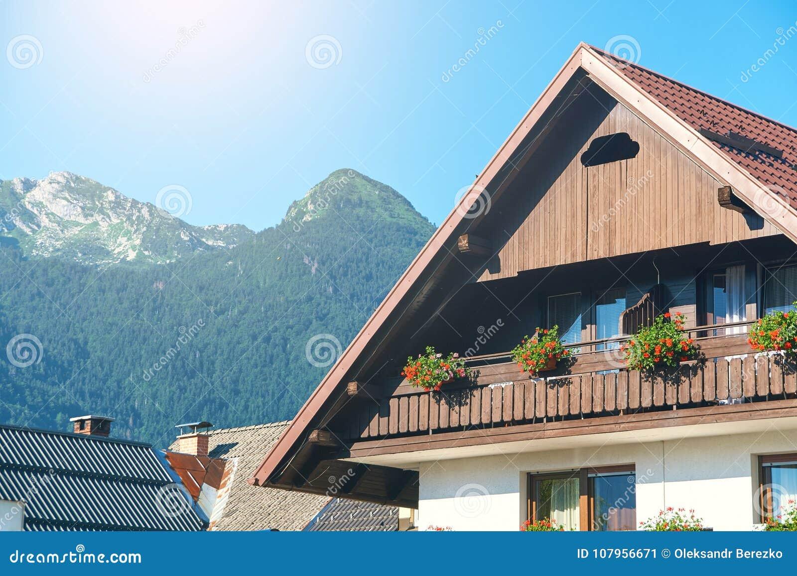 Pequeño hotel pintoresco típico en las montañas de Eslovenia