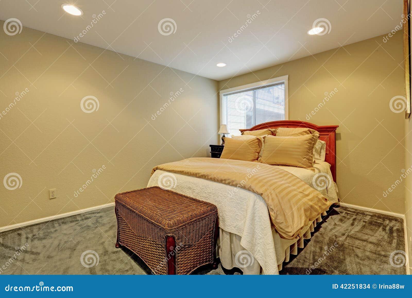 Pequeño Interior Del Dormitorio Con El Otomano De La Cama Y Del ...