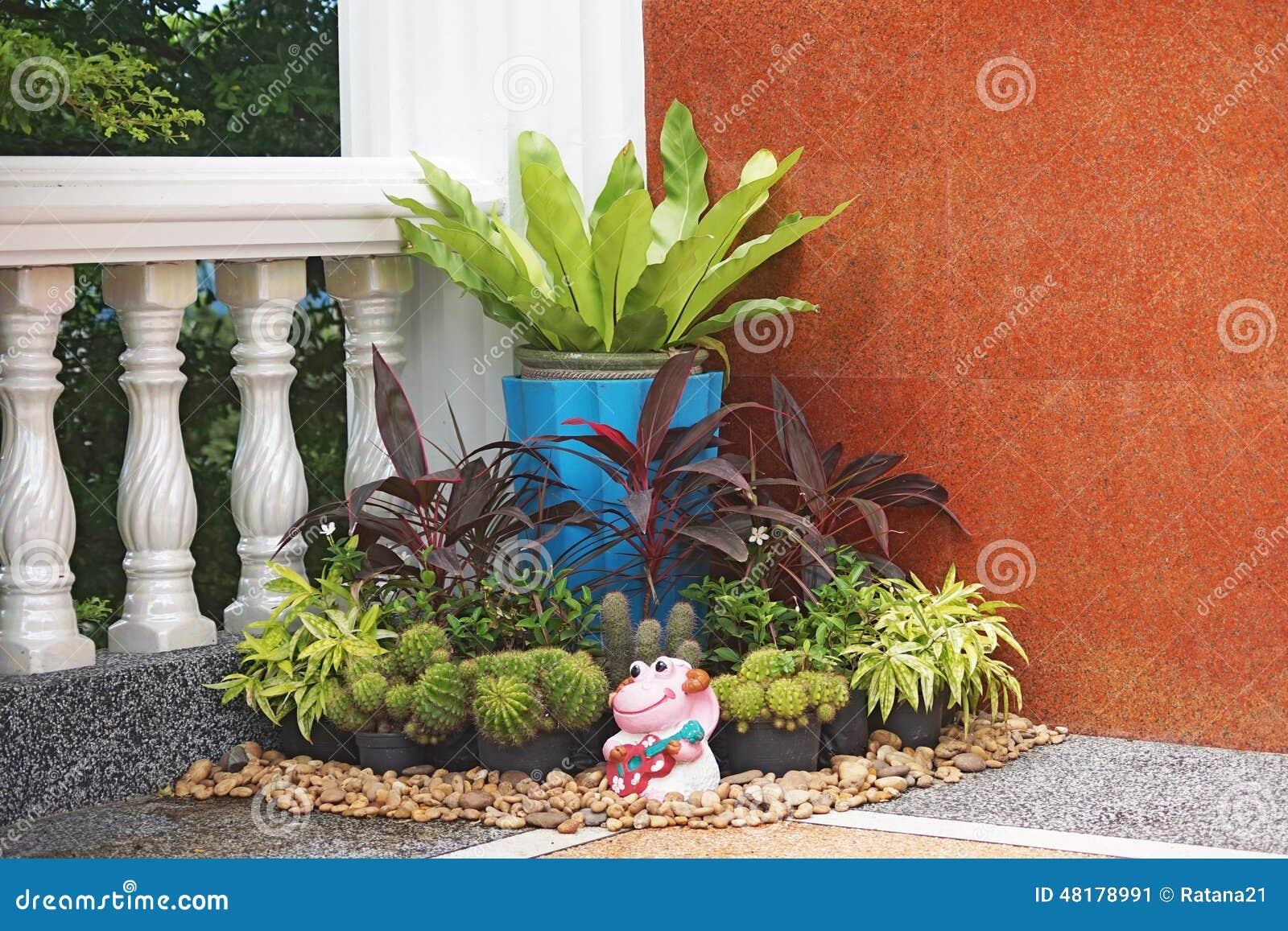 Peque o jard n en la esquina imagen de archivo imagen de - Suelos para jardines pequenos ...