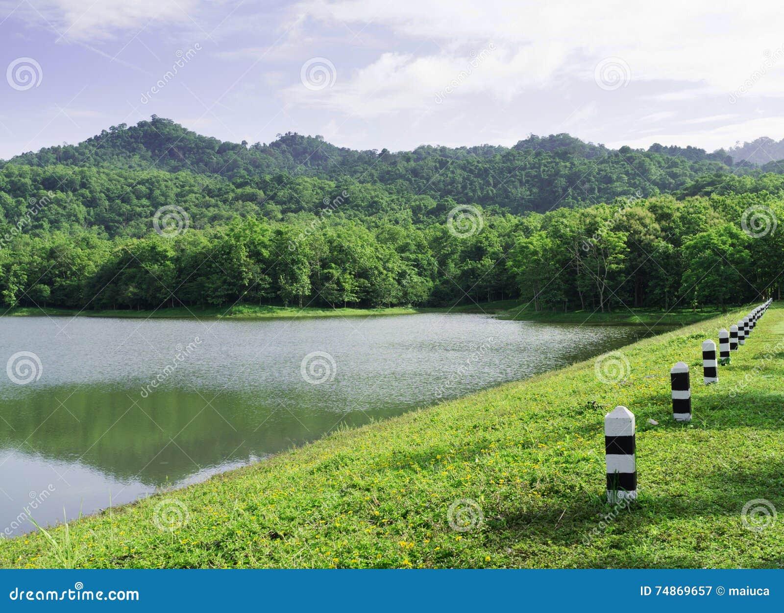 Pequeño lago de la montaña en el parque nacional de Jedkod, Tailandia