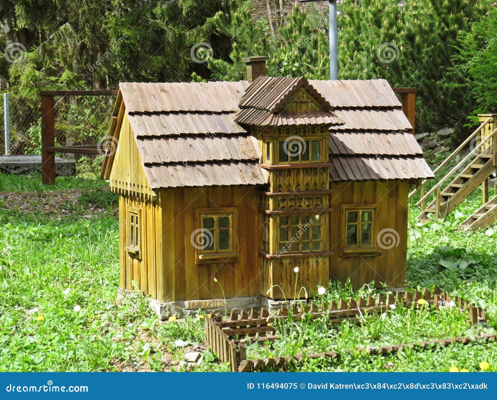 Pequeno Modelo De Una Casa De Madera Tipica De La Montana Del