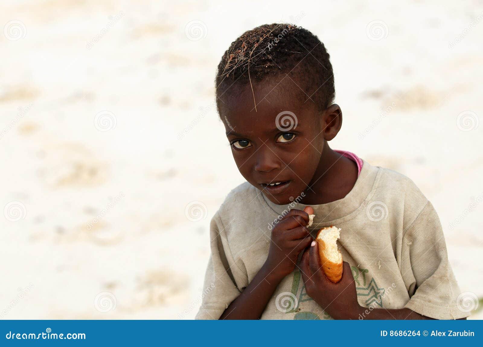 Pequeño muchacho africano con el pedazo de pan
