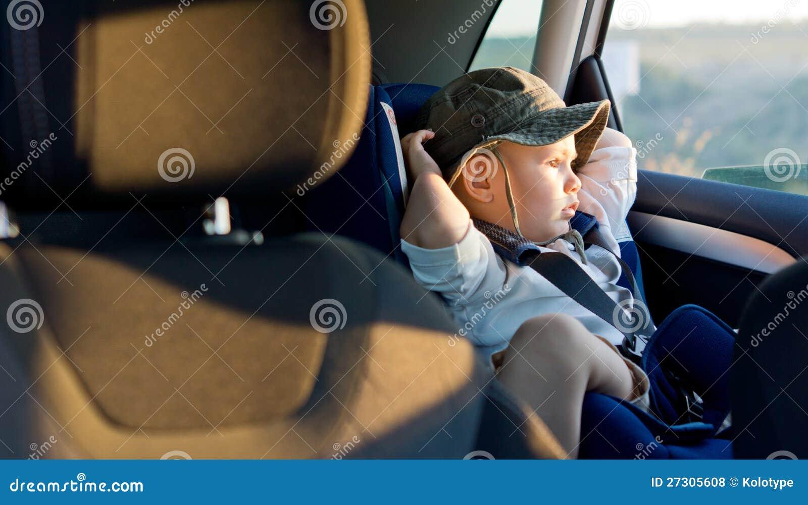 Pequeño muchacho en asiento del niño
