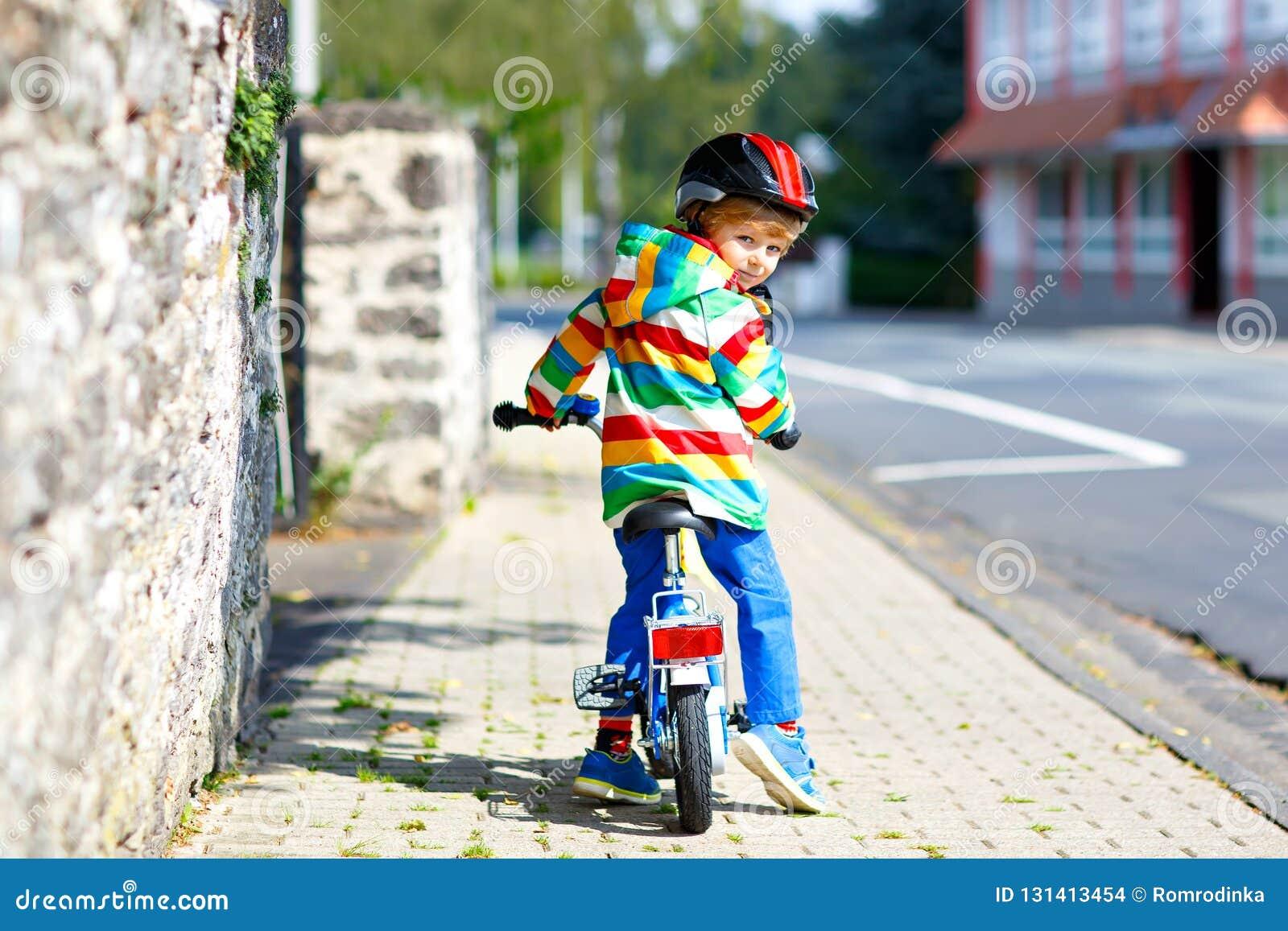 fa4a449ef Pequeño muchacho lindo del niño en la bicicleta el verano o día del autmn  Niño feliz