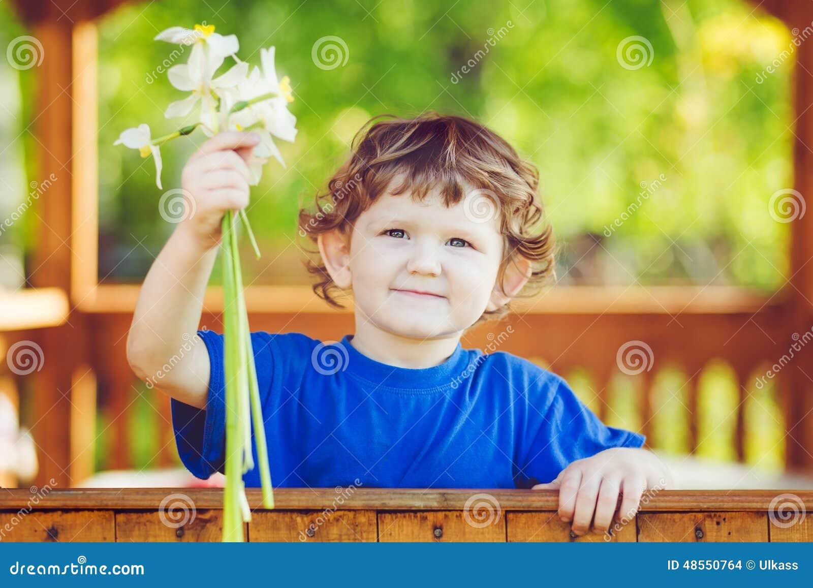 Peque o ni o con una flor en su mano foto de archivo - Foto nino pequeno ...