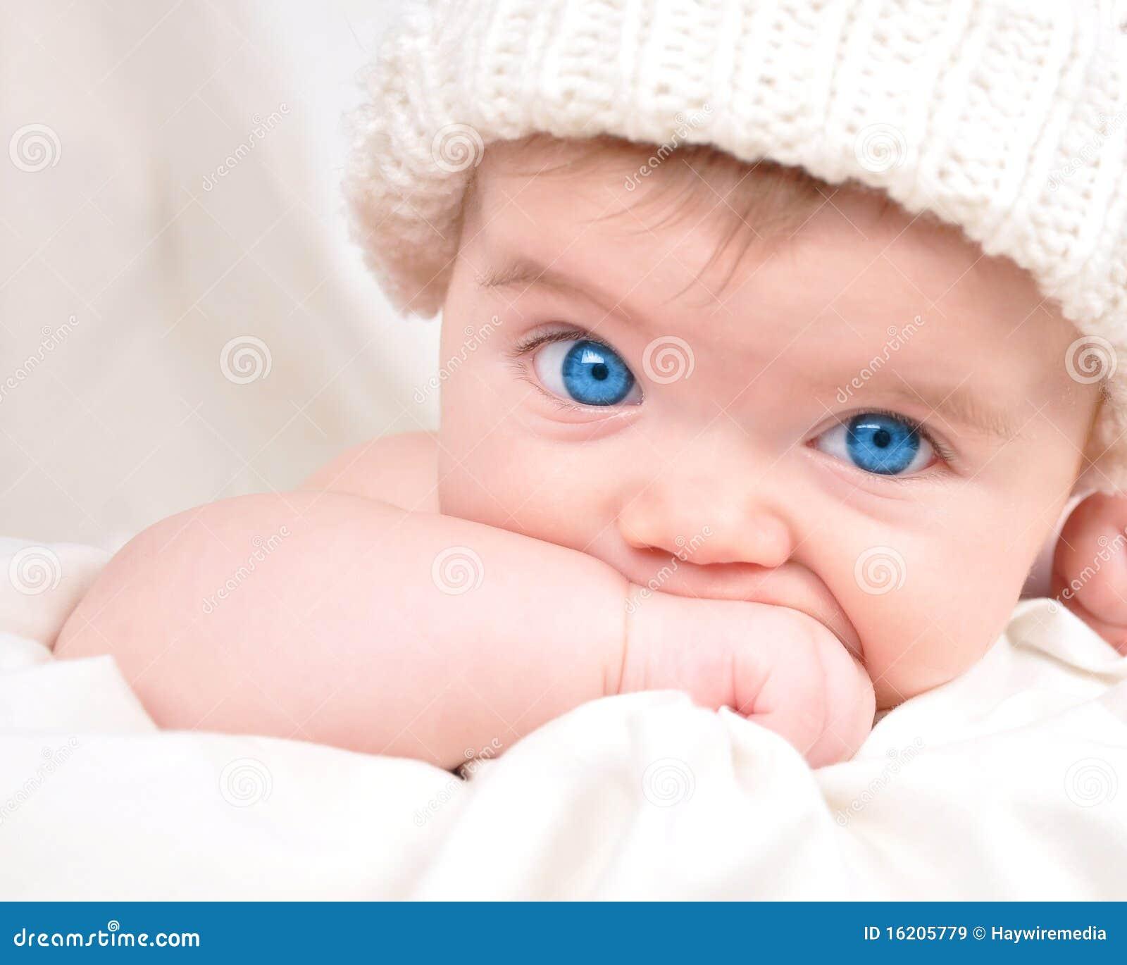 Pequeño niño feliz del bebé que aspira la mano