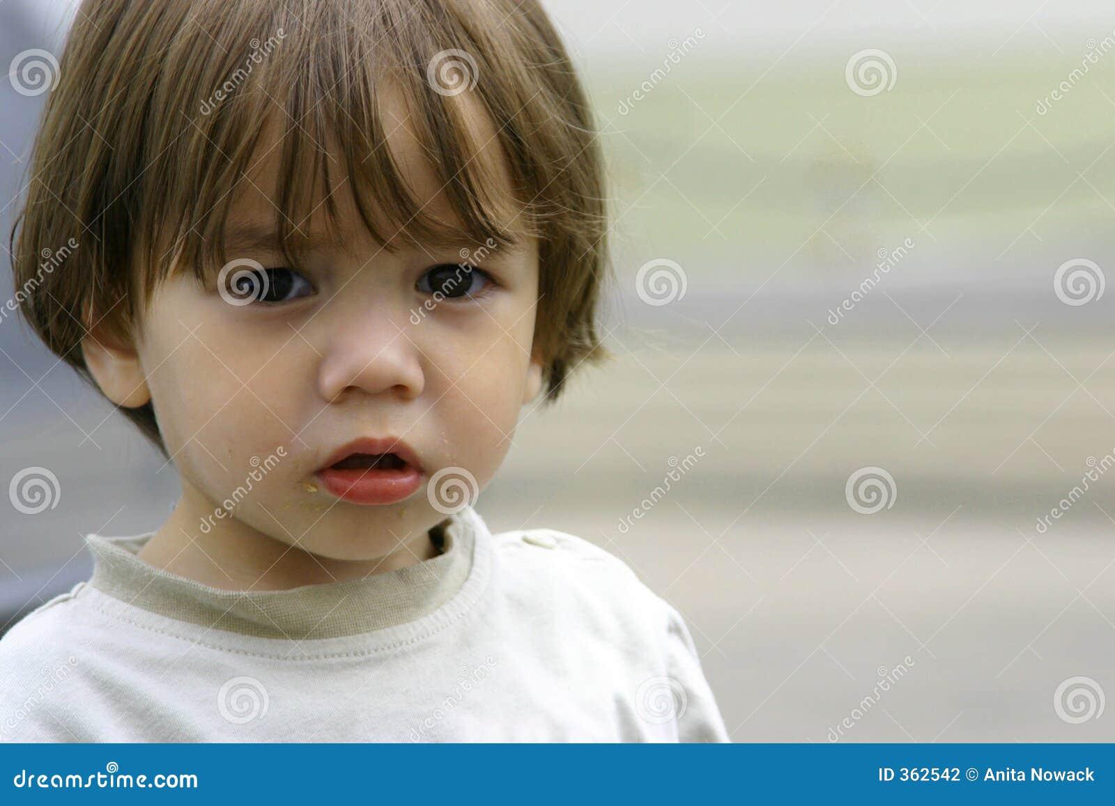 Pequeño niño pobre perdido