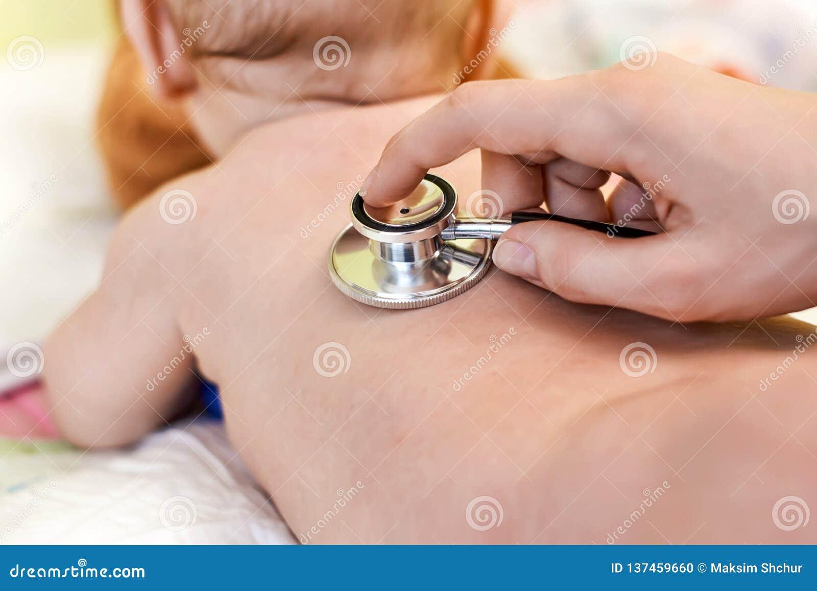 Pequeño niño que es examinado por un doctor