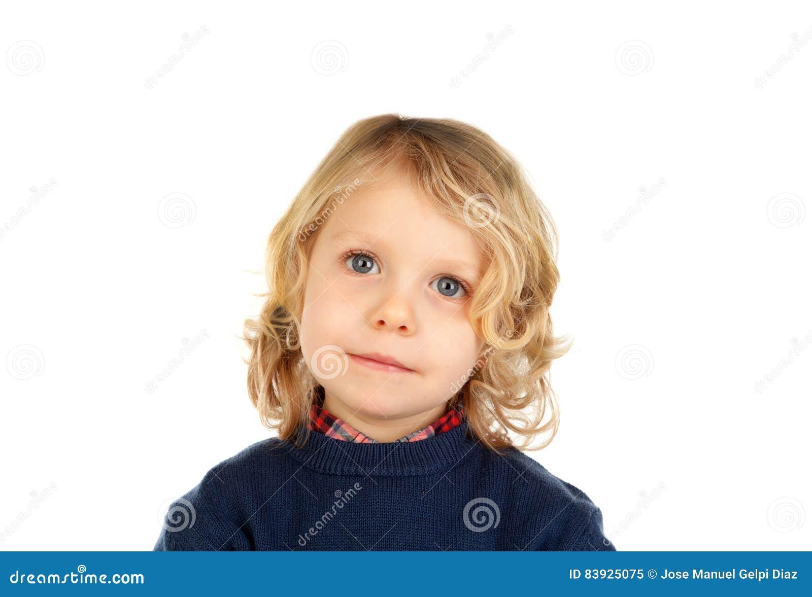 Pequeño niño rubio con cuatro años