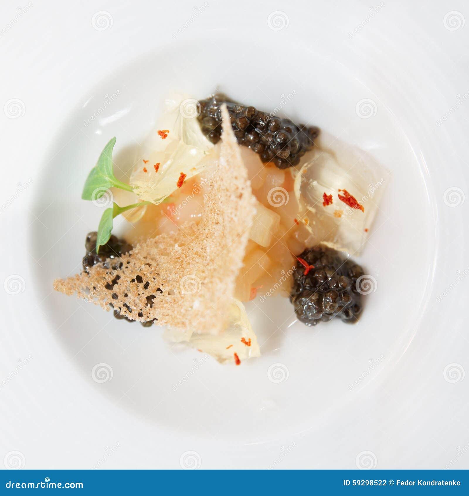 Pequeño plato gastrónomo con el caviar negro
