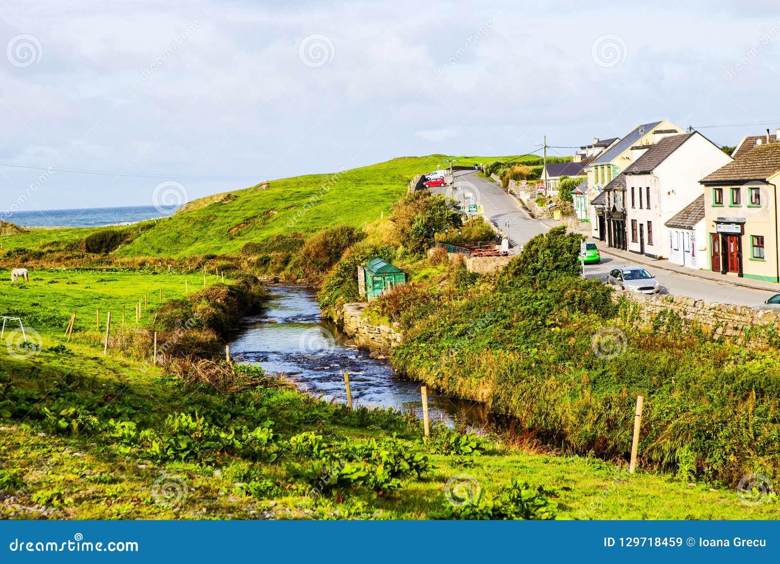 Pequeño pueblo de la calle principal de Doolin, Irlanda