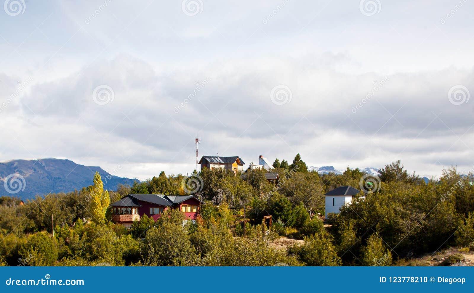 Pequeño pueblo en el top de las montañas en la Patagonia, la Argentina