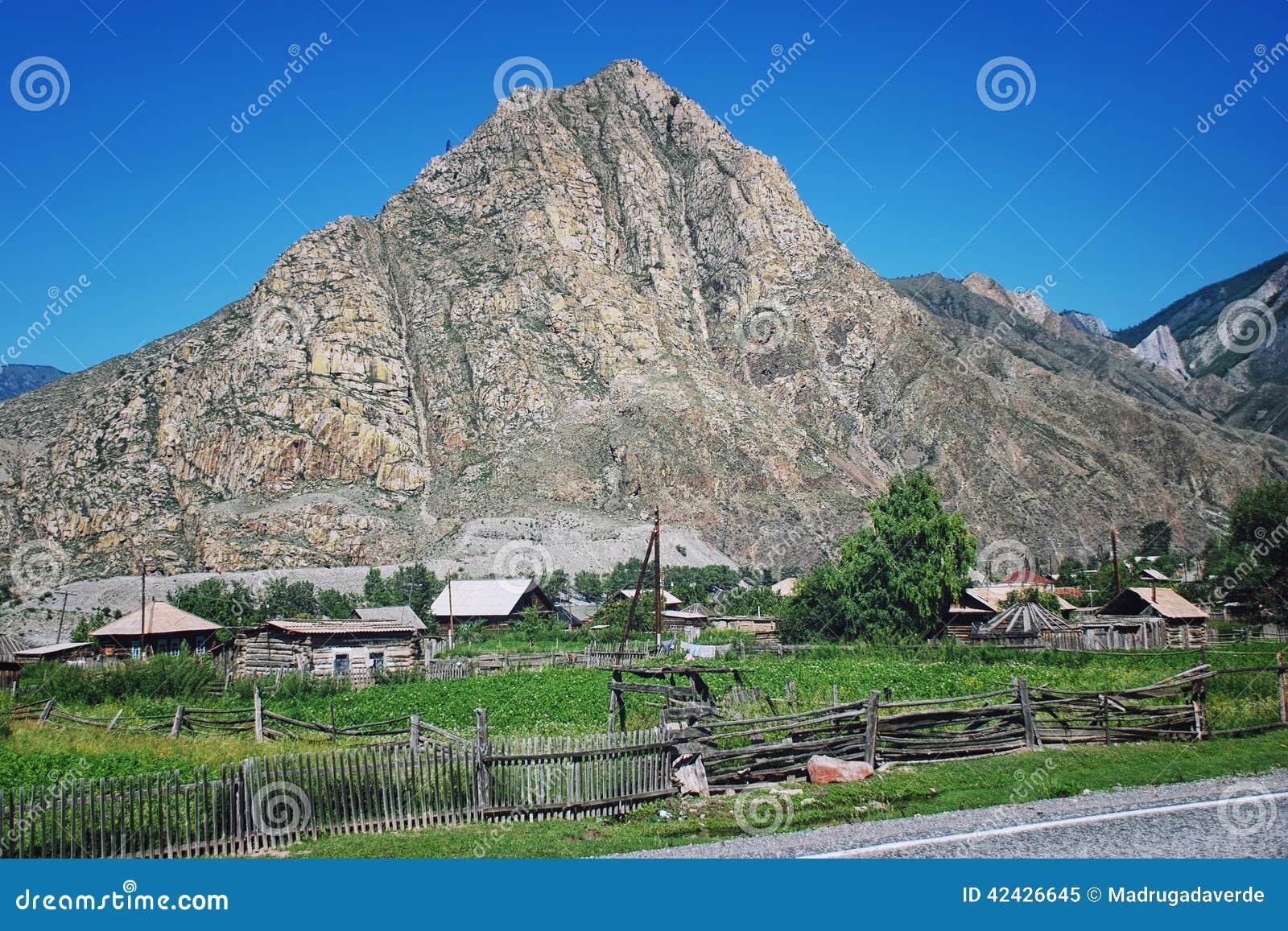 Pequeño pueblo en las montañas de Altai, Rusia