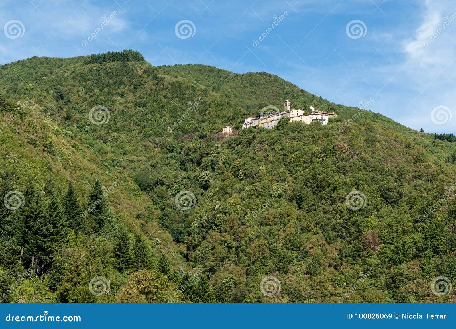 Pequeño pueblo medieval italiano construido en el lado de una montaña