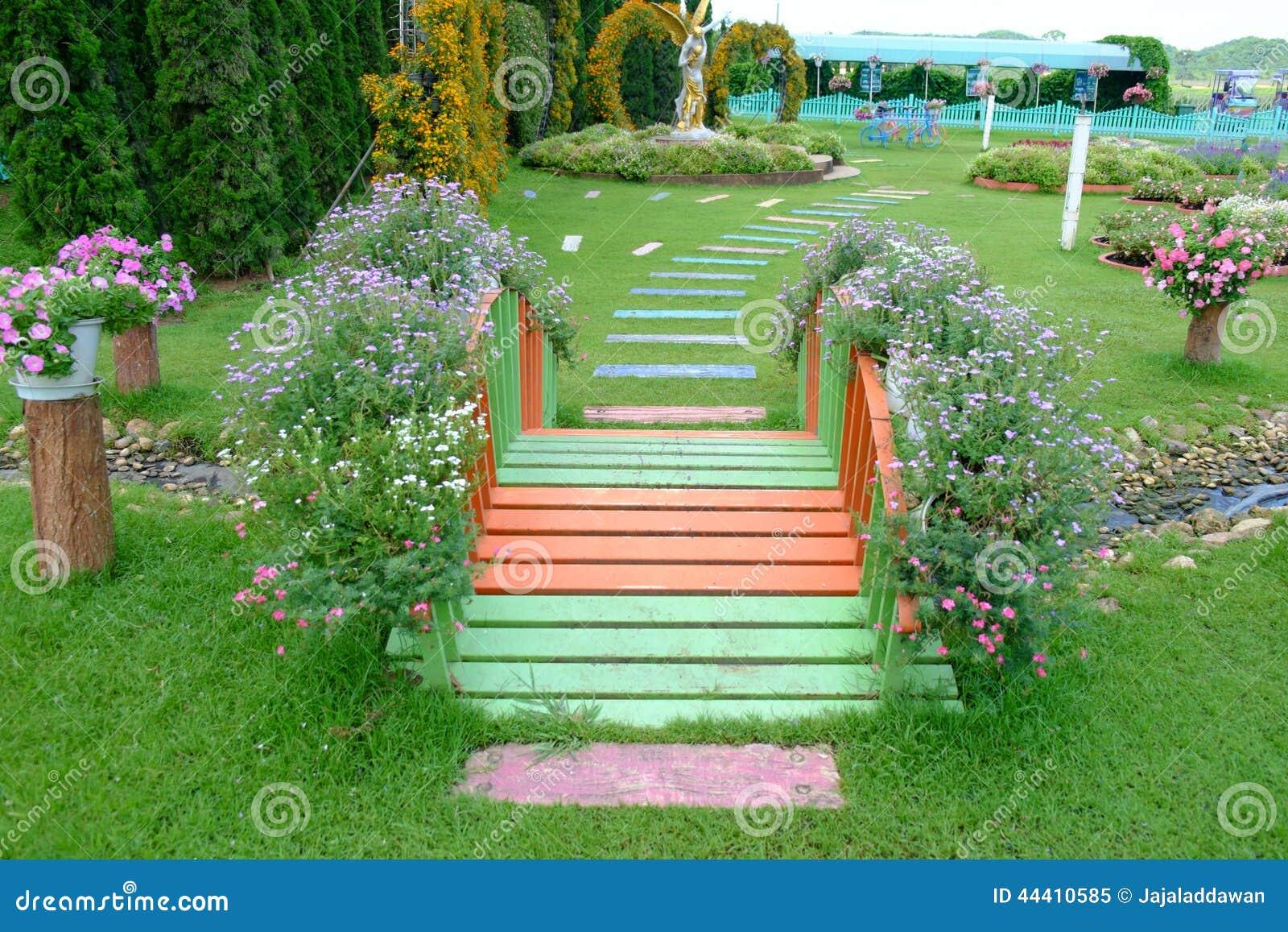 Pequeno Puente En Un Jardin De Flores Imagen De Archivo Imagen De