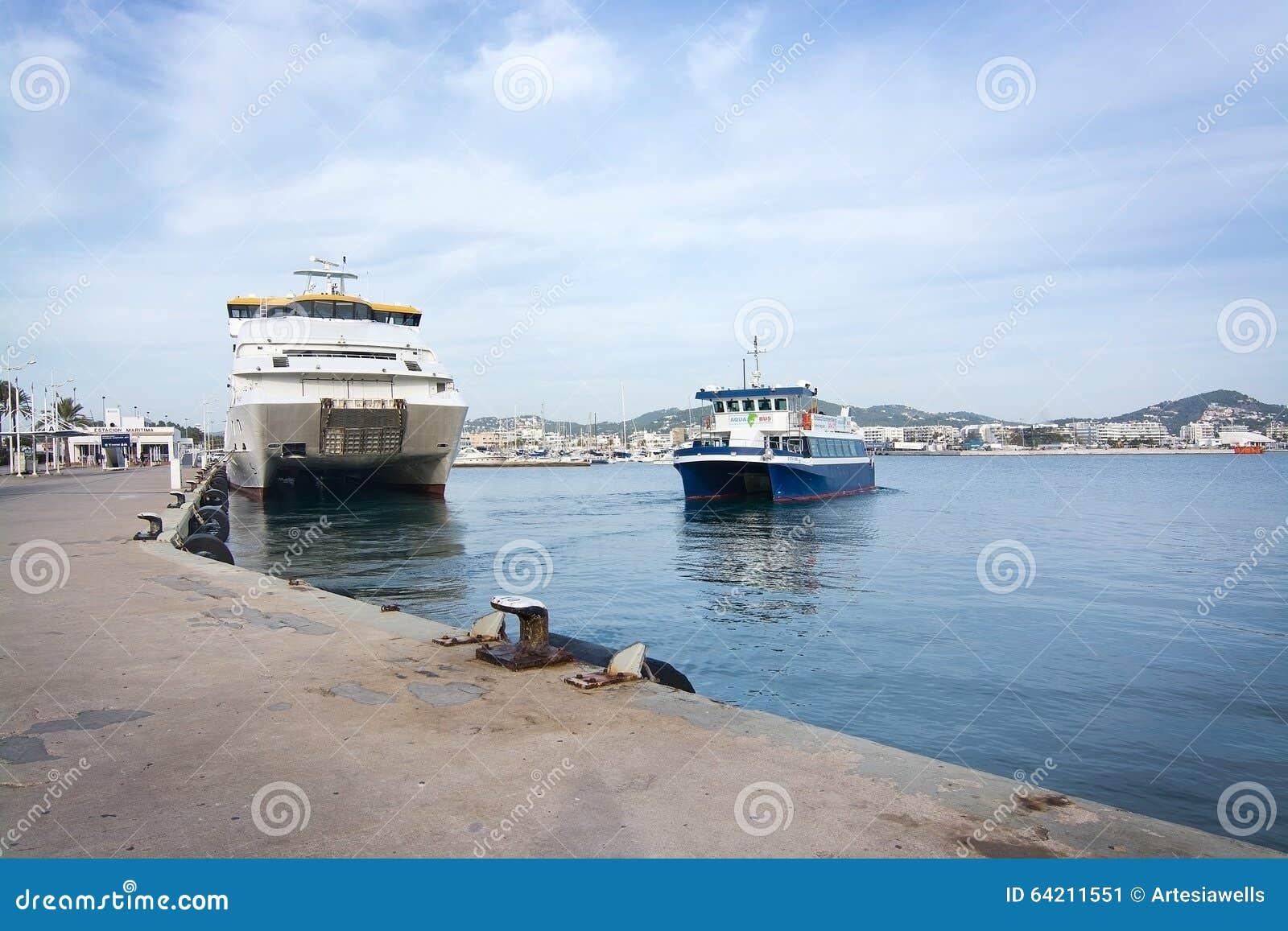 Pequeño transbordador de Aquabus a Formentera