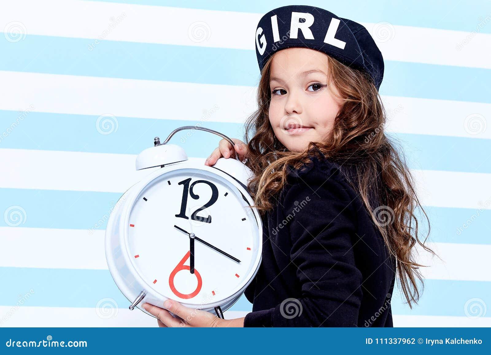 El pequeño vestido de niña pequeña de la escuela para los estudios del  juguete del pelo rizado de la sonrisa de la diversión del sombrero de los  calcetines ... f77e4362b6f