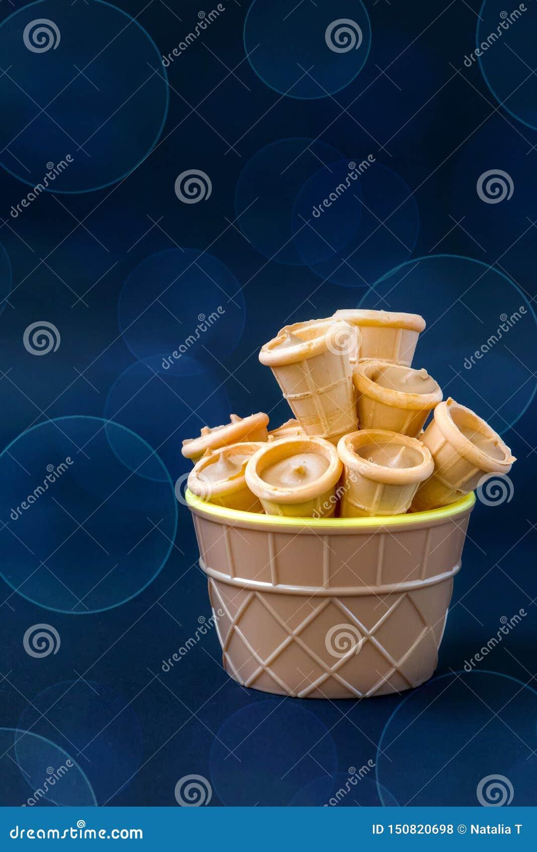 Pequeños cuernos de tortas en un fondo azul