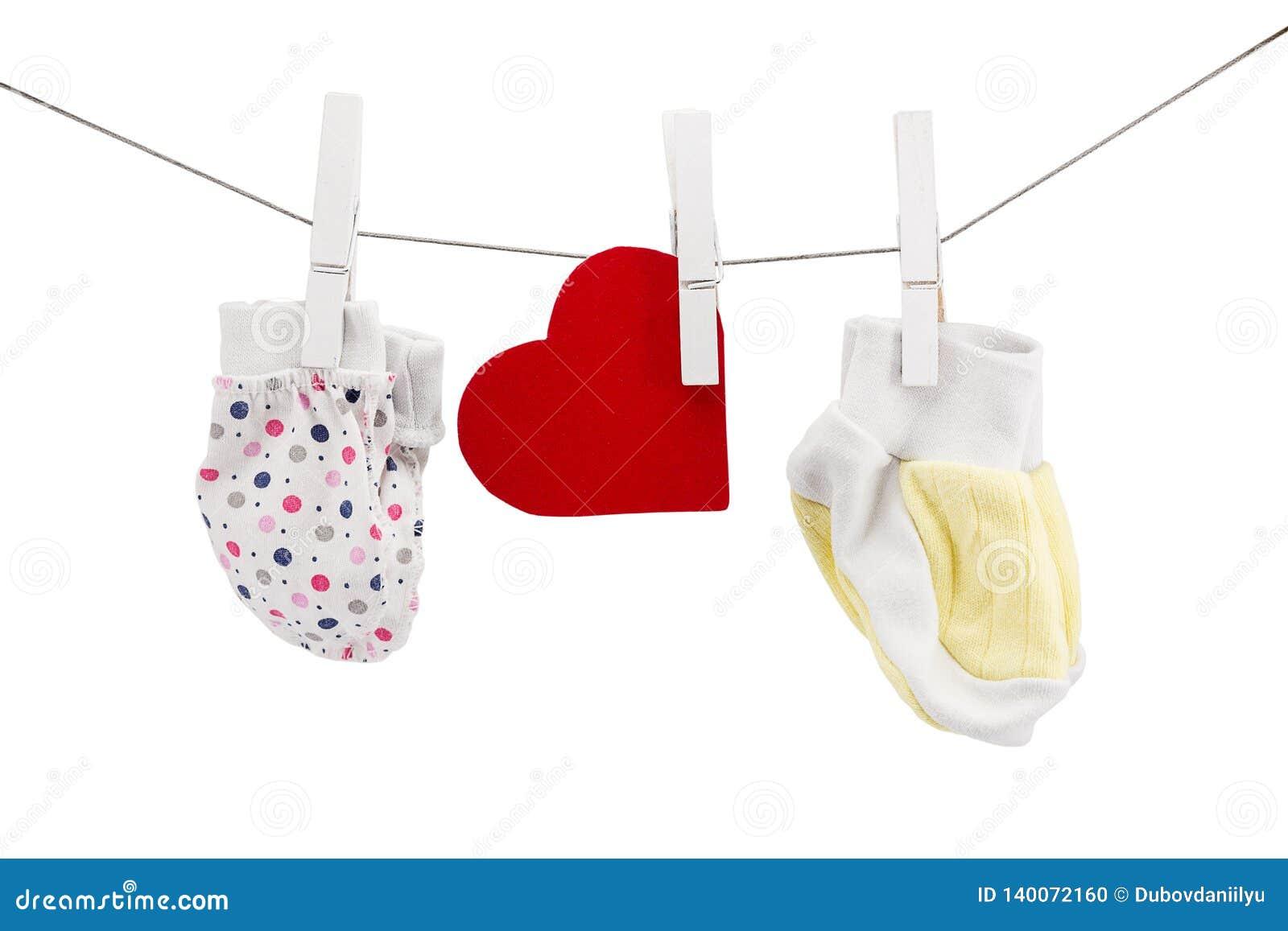 Pequeños manoplas y calcetines para los recién nacidos