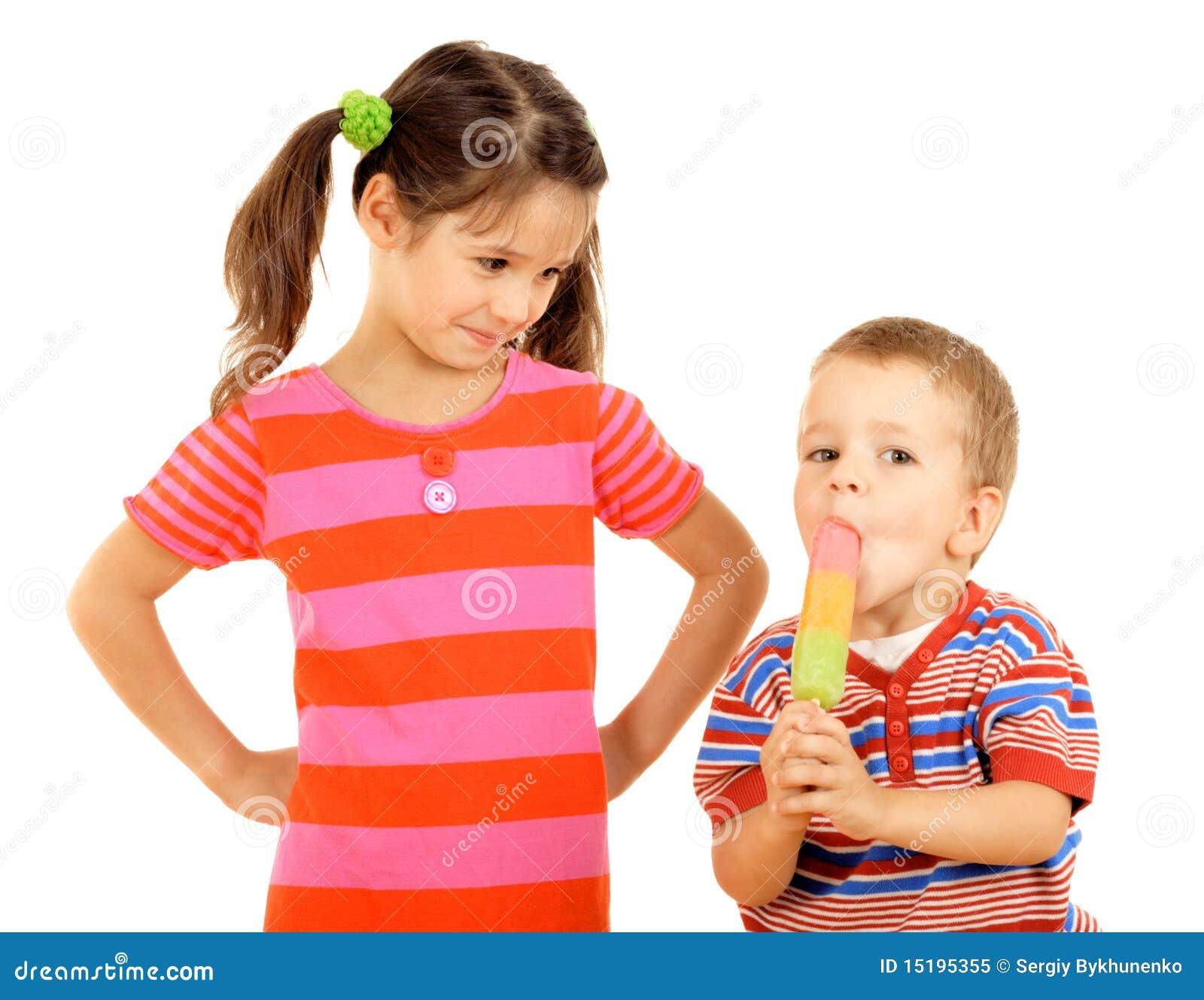 Pequeños niños que comparten el helado