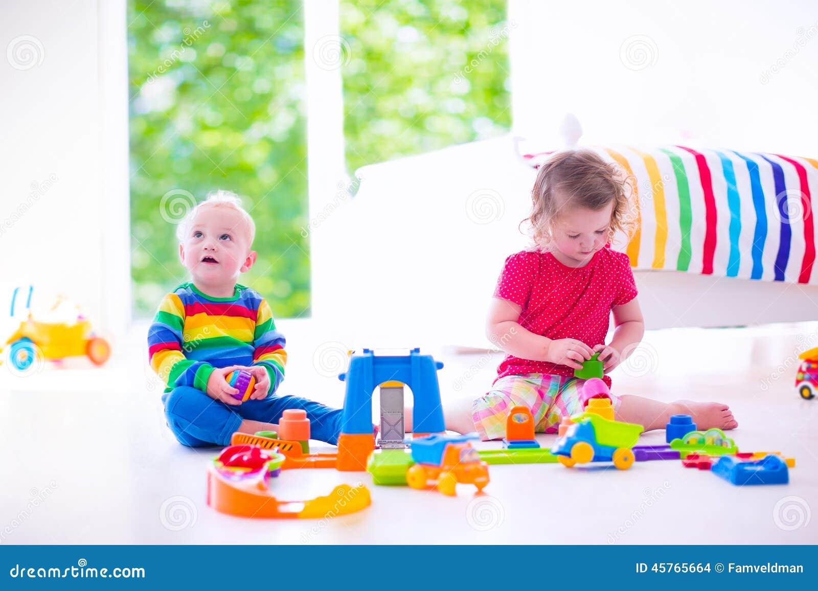 Peque os ni os que juegan con los coches del juguete for Vivir en un piso pequeno con ninos