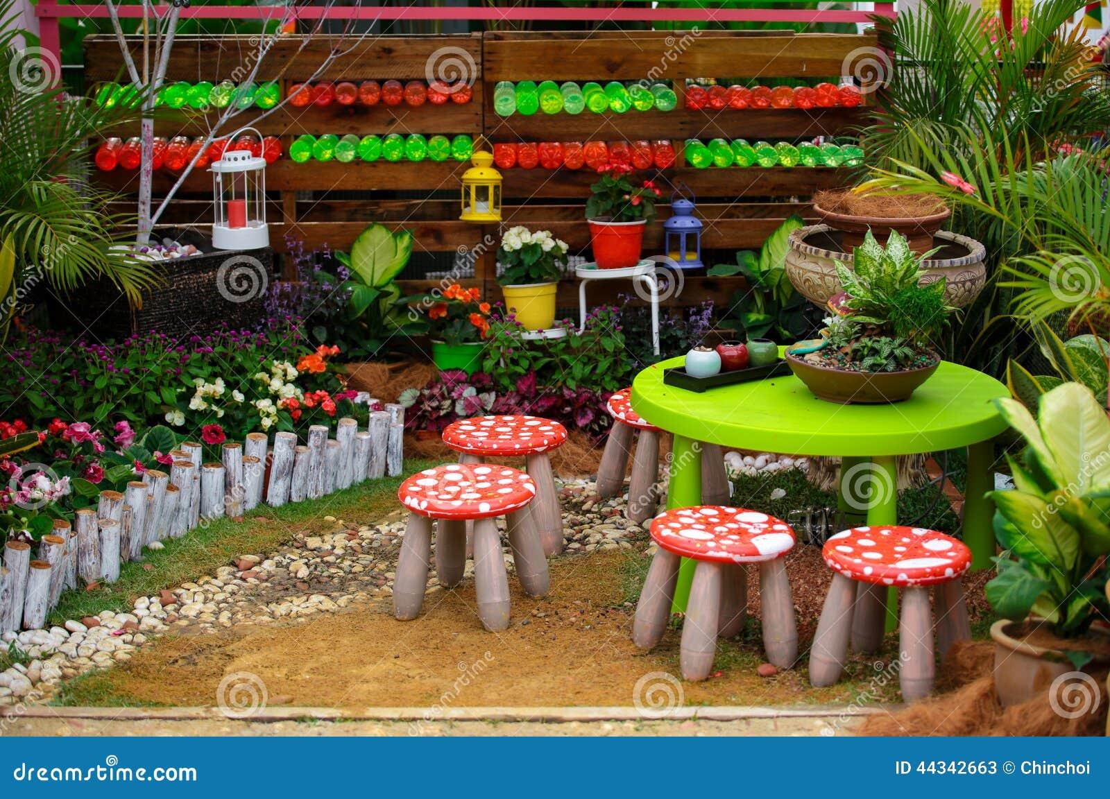 Peque os stolls y tabla en arreglos hermosos de un jard n for Arreglo de jardines pequenos