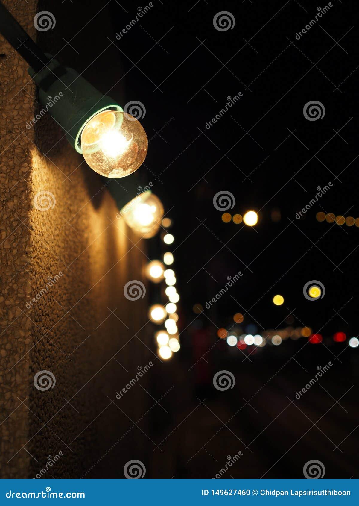 Peque?os bulbos de la luz ?mbar adornados en las paredes p?blicas