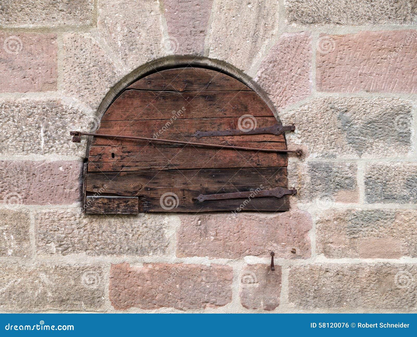 Peque a puerta de madera redonda en una alba iler a vieja for Puerta vieja madera