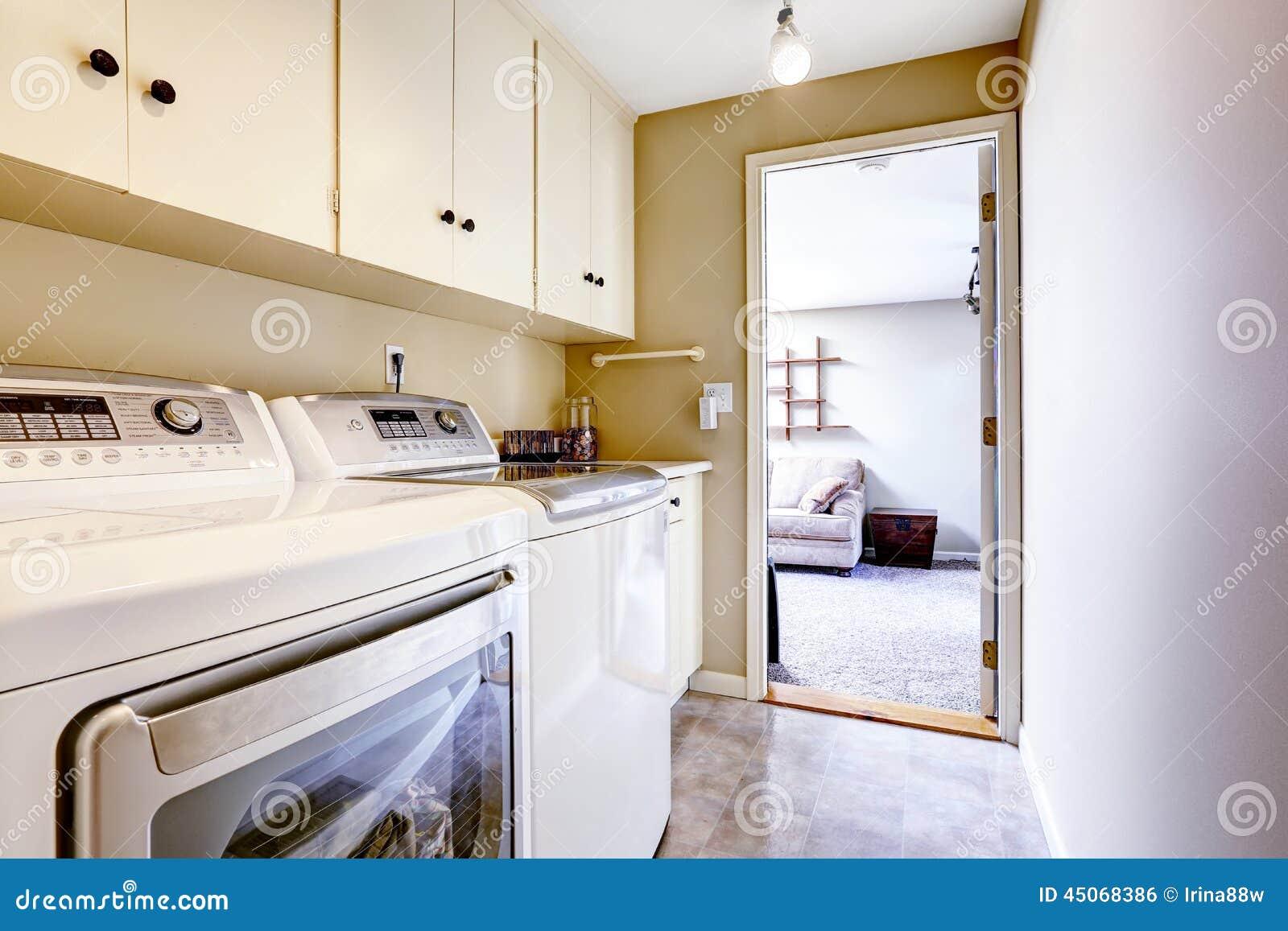 Peque a rea del lavadero con los gabinetes foto de for Cocinas pequenas con lavadero