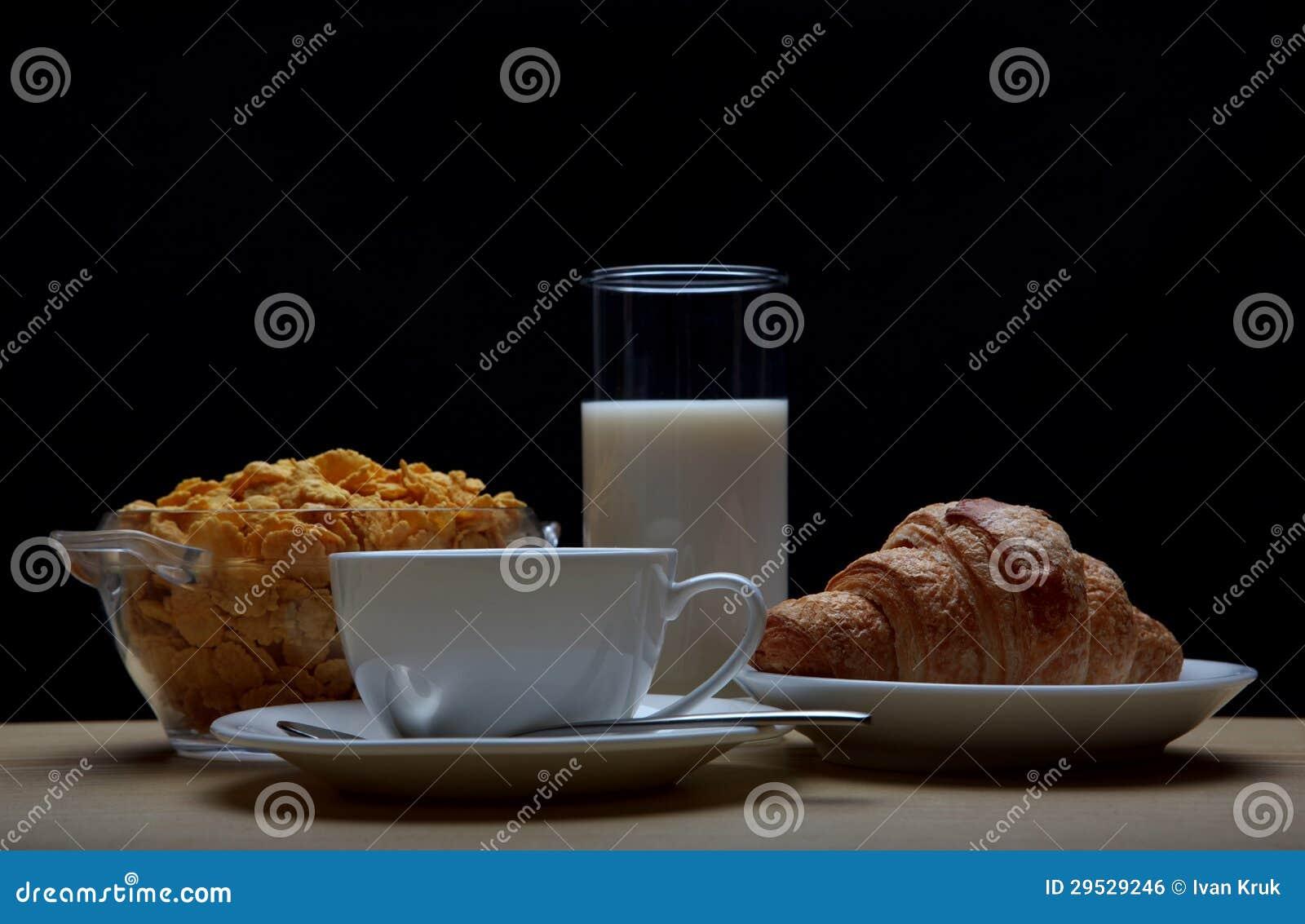 Pequeno almoço com café, croissant e cornflakes