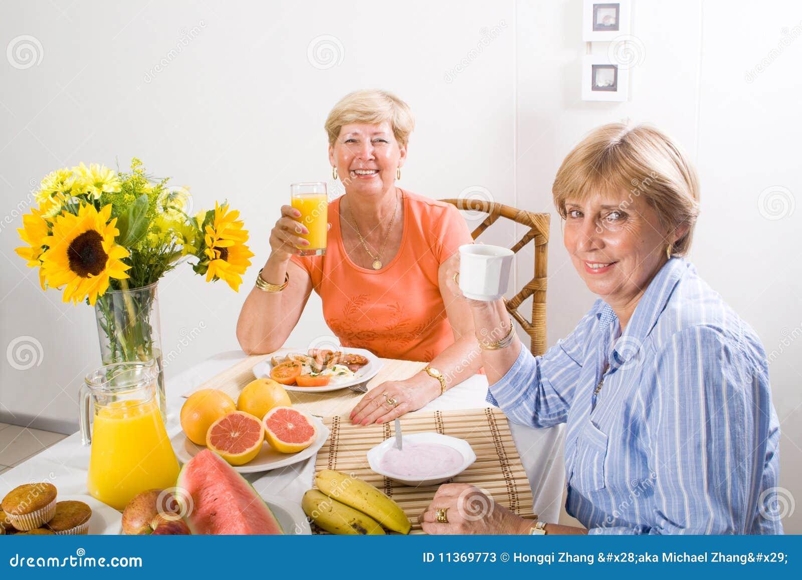 Pequeno almoço sênior das mulheres
