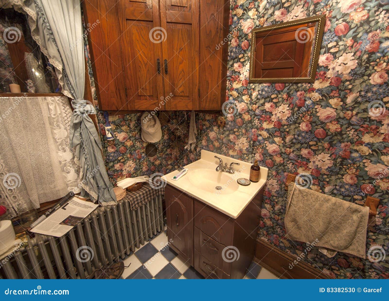 Peque o cuarto de ba o victoriano imagen editorial - Cuarto de bano pequeno ...