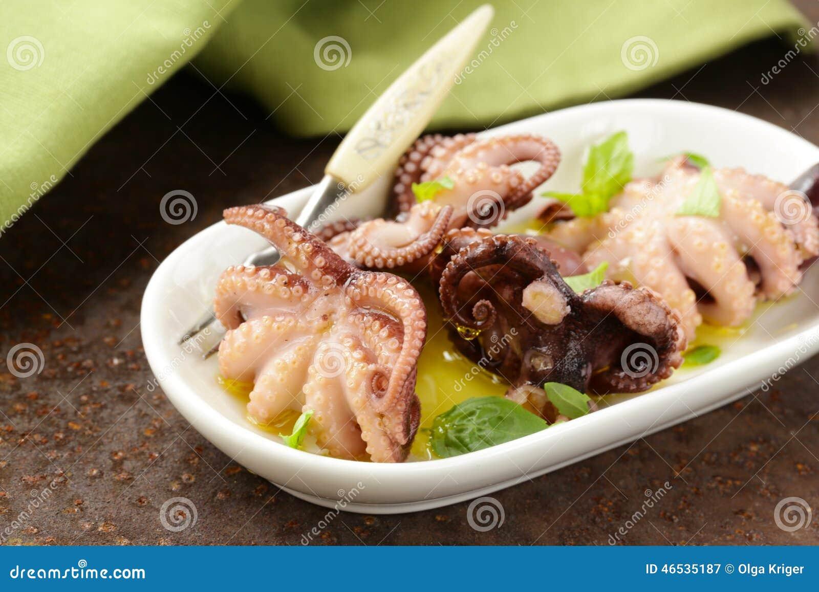 Peque o pulpo adobado del aperitivo calamar con albahaca - Limpiar calamares pequenos ...