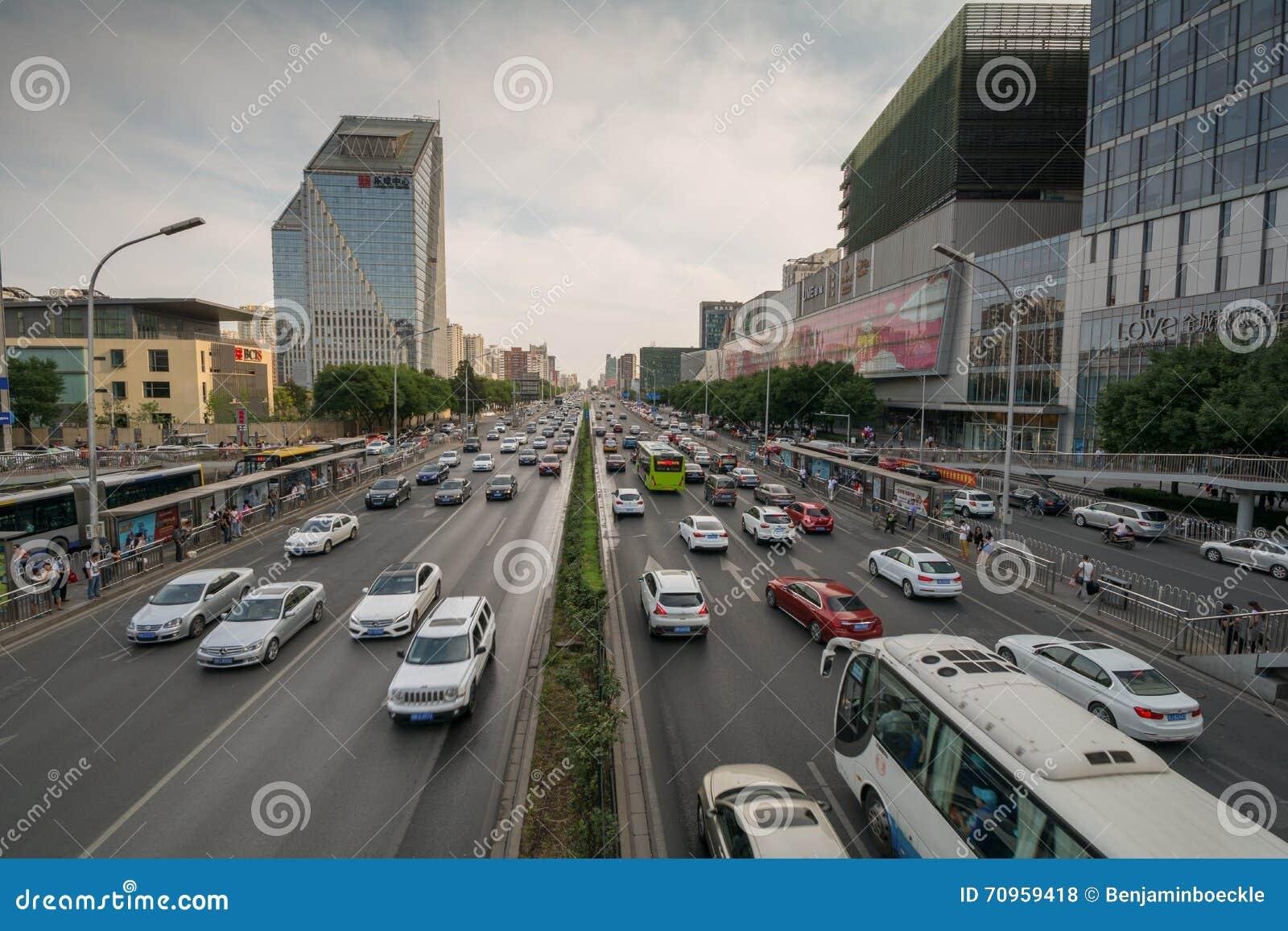 PEQUIM, CHINA - CERCA DO junho de 2015, a vista na estrada carregou altamente com o tráfego