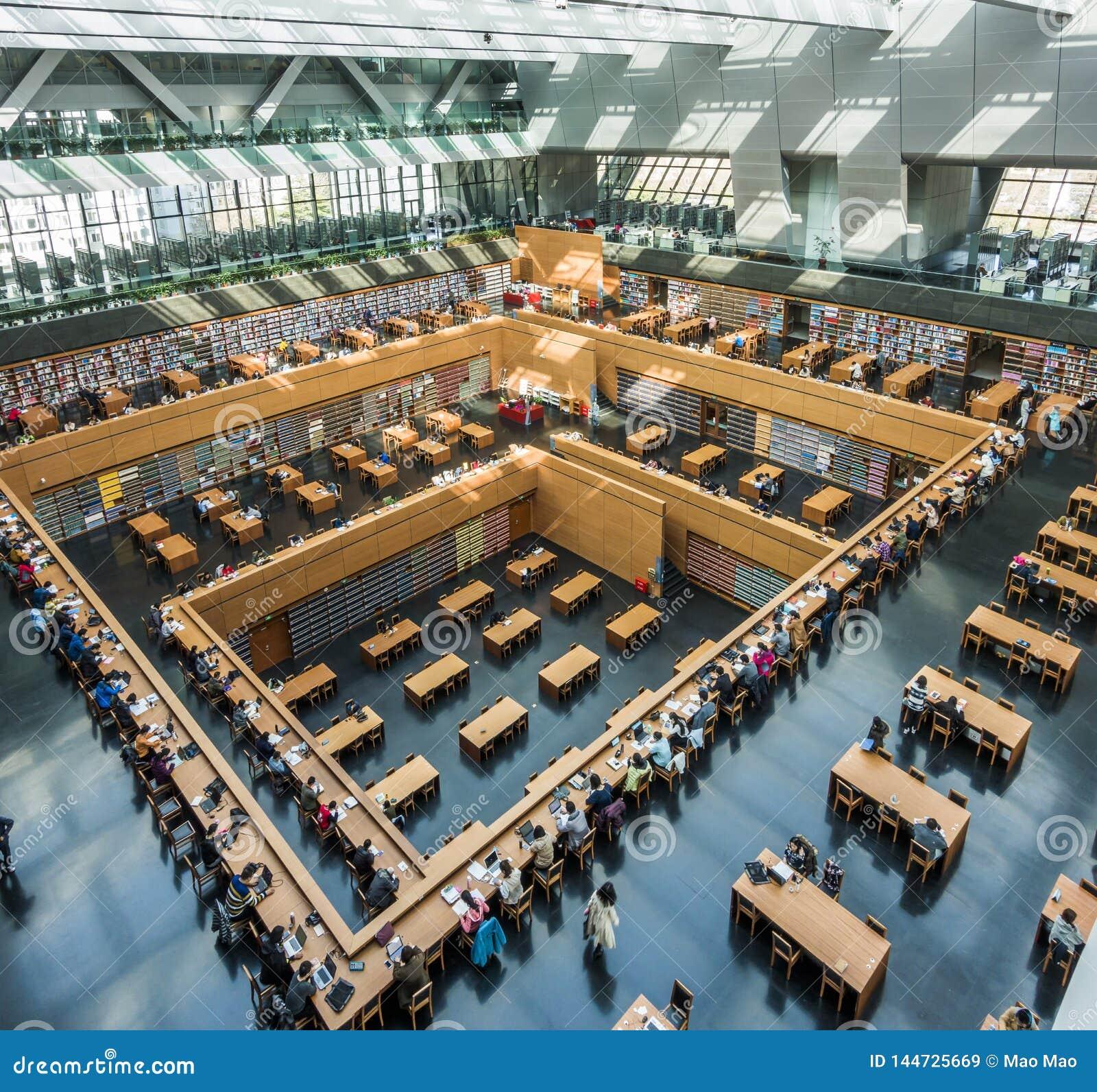 Pequim, China - 26 de mar?o de 2017: Ideia de ?ngulo larga da sala de leitura principal da biblioteca de China nacional
