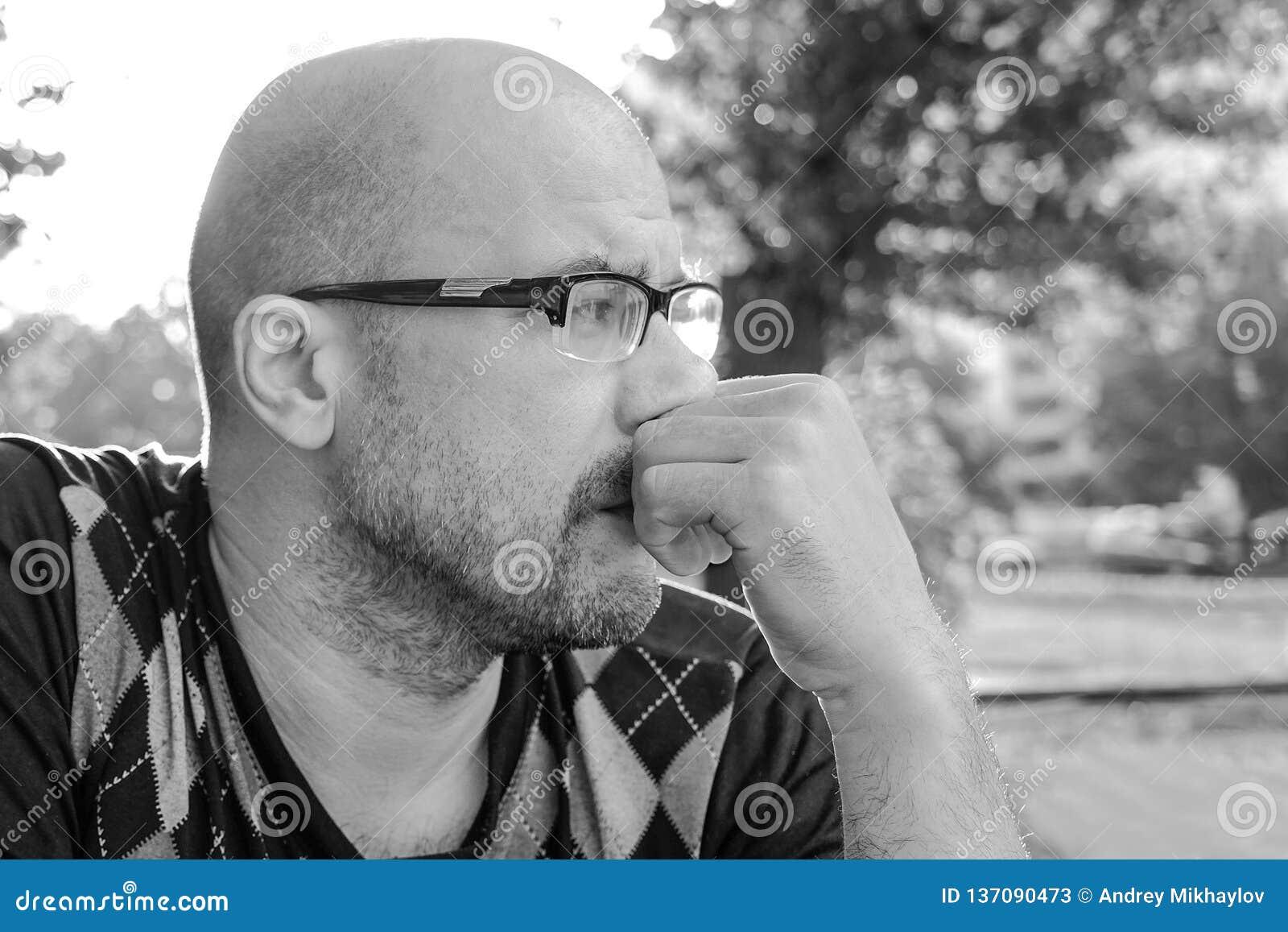 Pequim, foto preto e branco de China O homem com vidros é deprimido Problemas na vida pessoal e no trabalho Esforço e depressão m