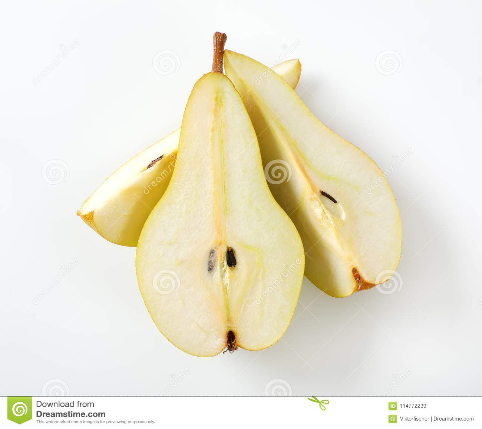 Pera amarilla cortada