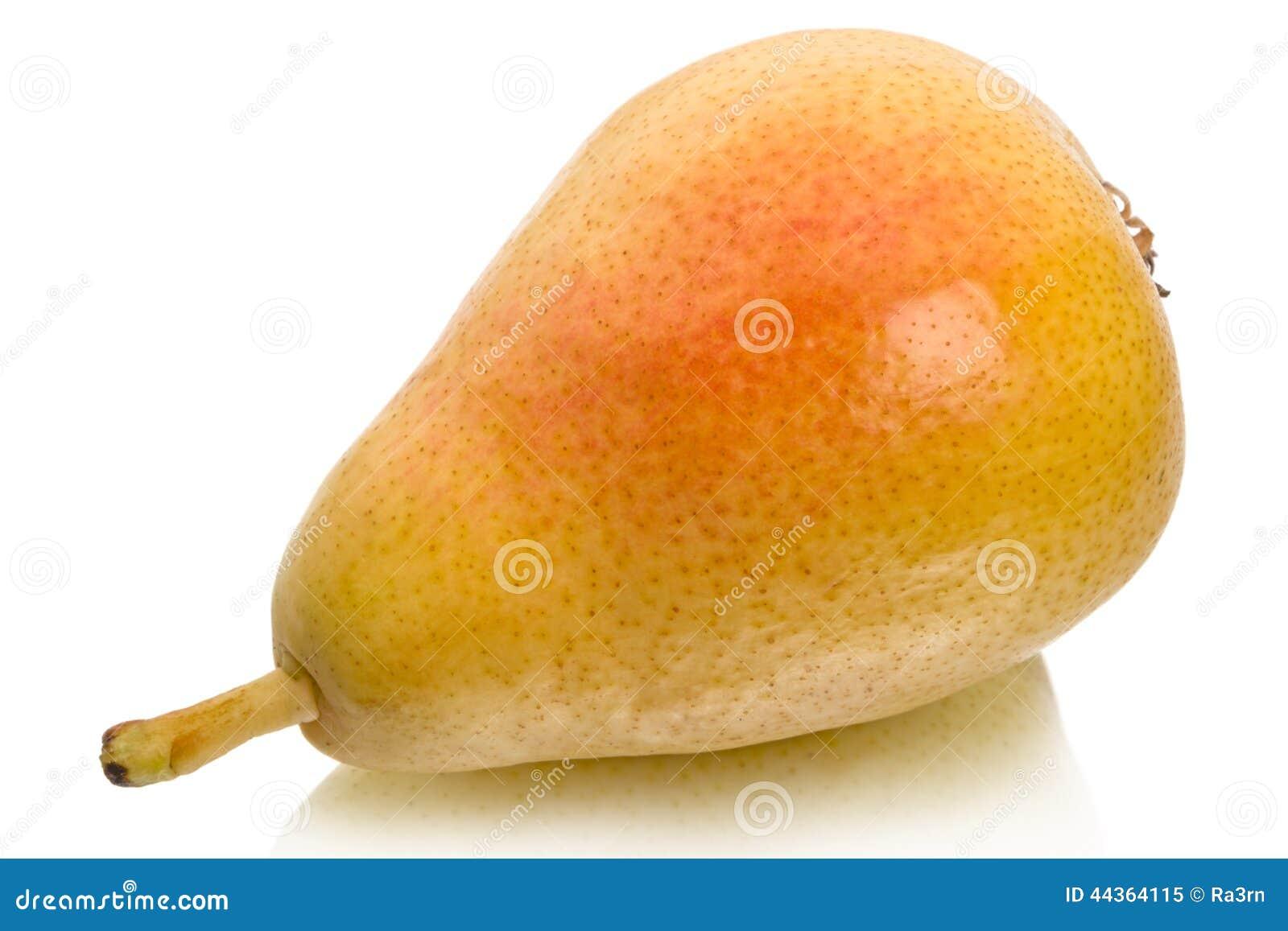 Pera gialla matura su bianco