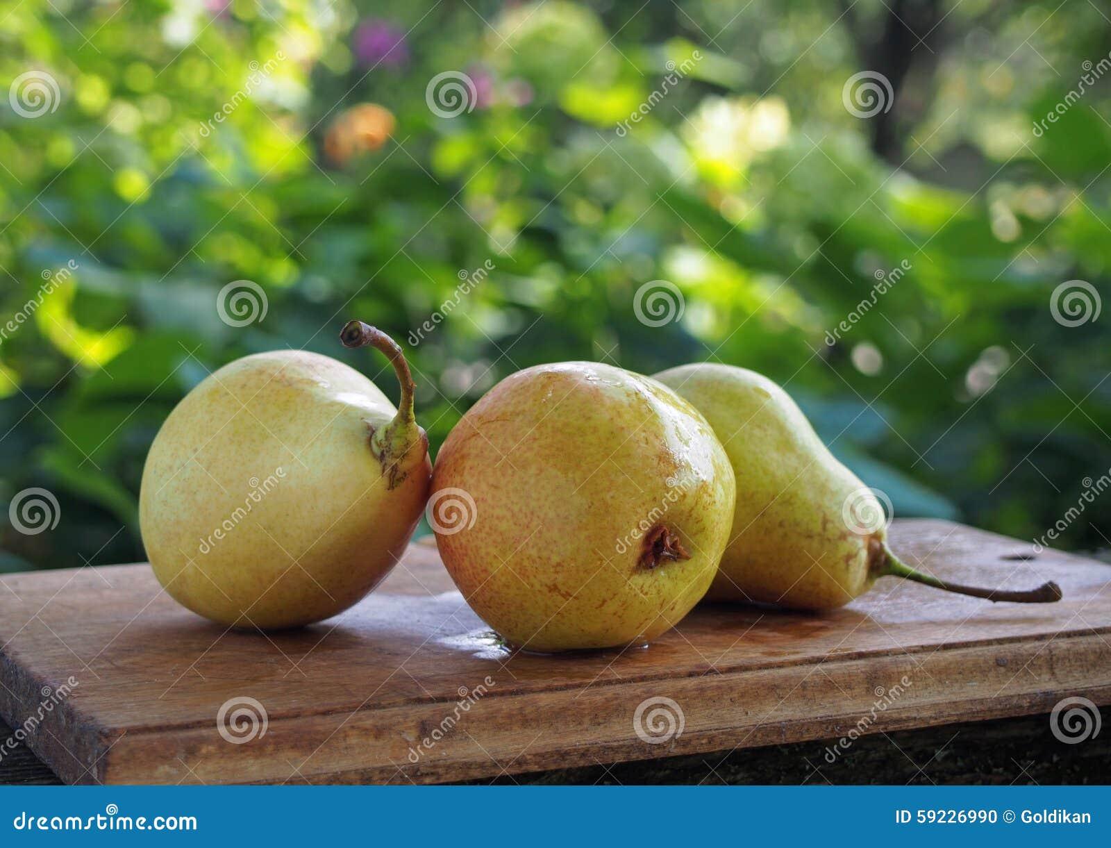 Download Peras amarillas maduras foto de archivo. Imagen de fruta - 59226990