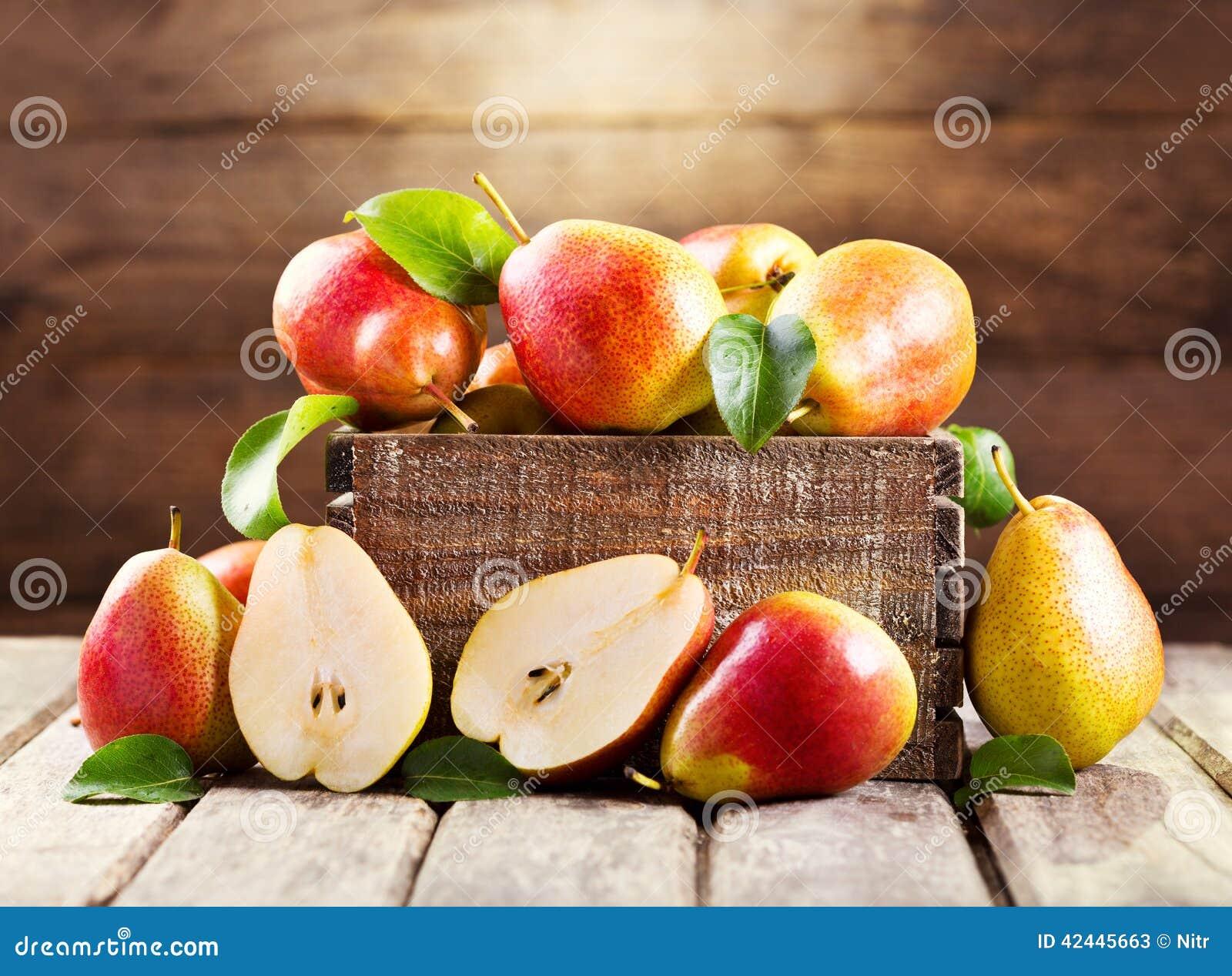 Peras frescas en caja de madera